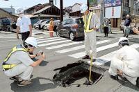 下田・白浜の国道135号は深さ5メートル陥没[1]